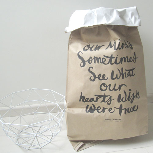 Paperbag met tekst Our minds sometimes see what our hearts wish were true