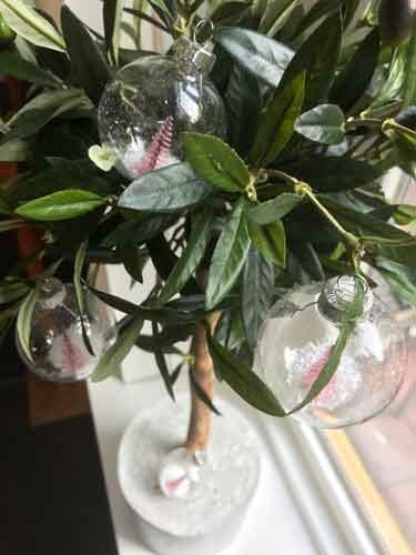 Transparante kerstbal met roze boompje en sneeuw | Sass and Belle